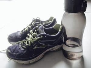 sportschoenen en water