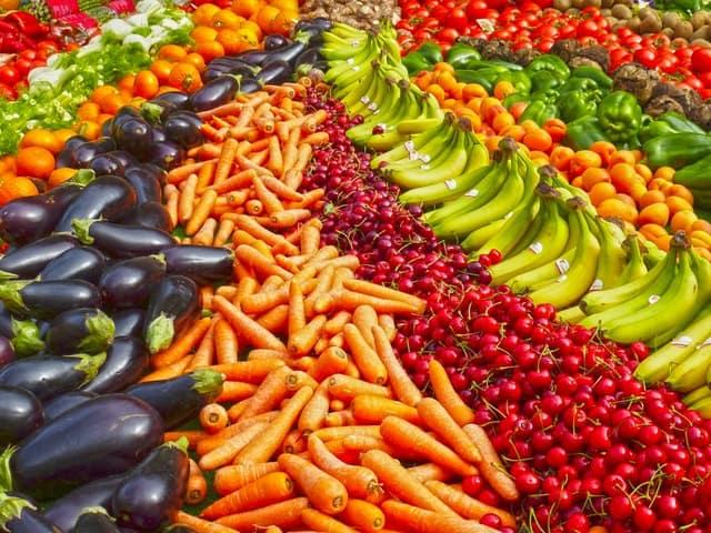 veel groente en fruit, bananen, kersen, wortelen, paprika's