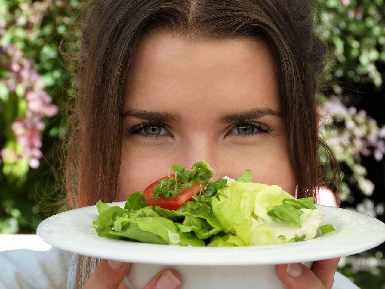 vrouwengezicht, salade