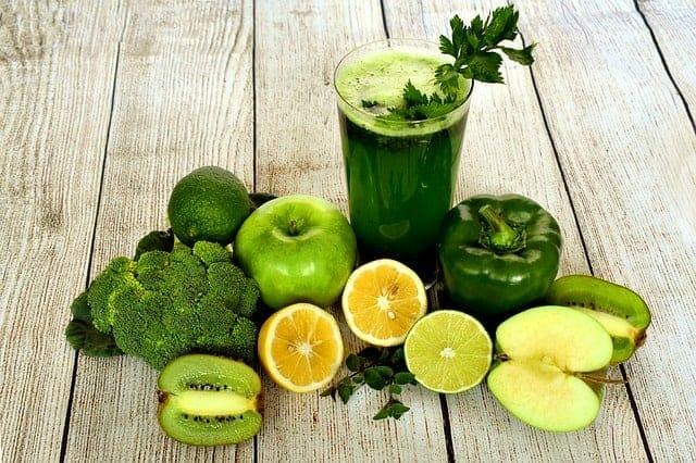 groene cocktail van broccoli, citroenen, appels, kiwi's