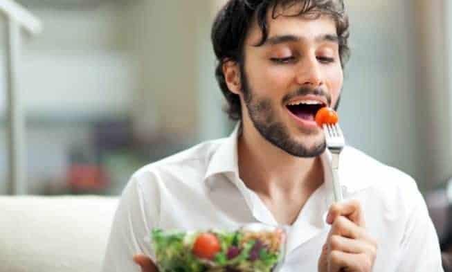 man eet salade