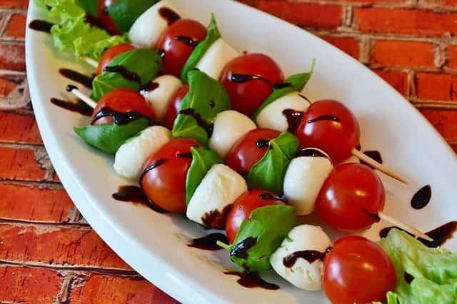 mozzarella-kaas met tomaten