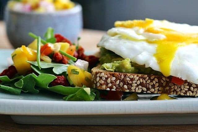 dieta termogeniczna, chleb pełnoziarnisty, jajko, warzywa