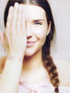 het meisje dat het oog bedekt, het zicht, het zicht