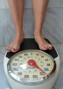 osoba stojąca na wadze