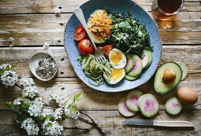 Hersendieet, gezonde maaltijd, ei, avocado, spinazie
