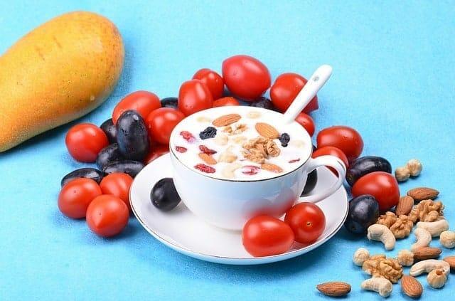 saladebar met yoghurt, amandelen en noten