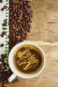 koffiebonen en koffie in een kopje