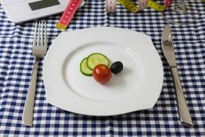 groenten op het bord, mes en vork