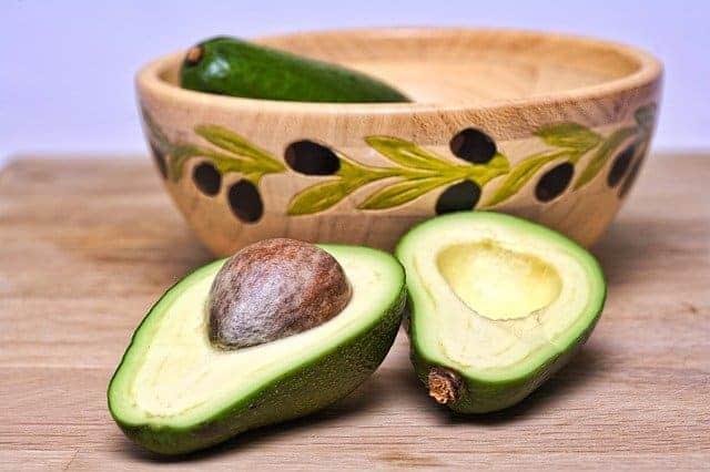 in tweeën gesneden avocado