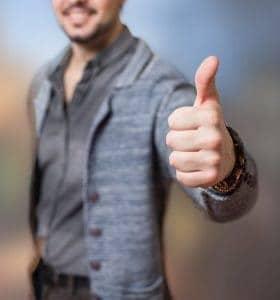 een man die een gebaar met zijn duim laat zien, oké