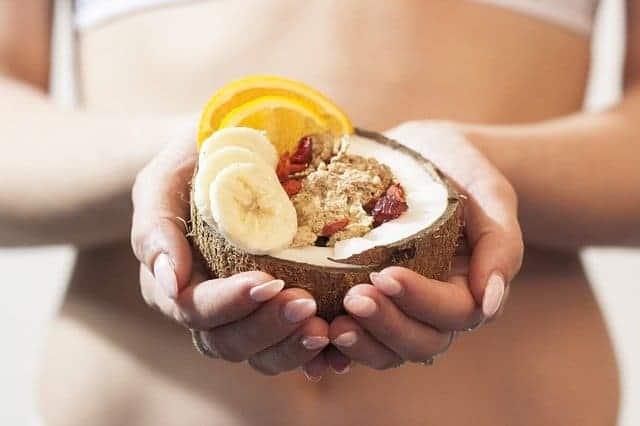 de vrouw houdt een dieetdessert in haar handen