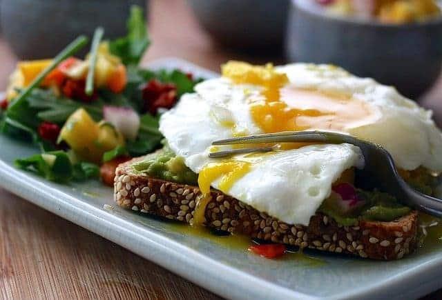 een gezonde maaltijd - volkoren toast met ei en groenten