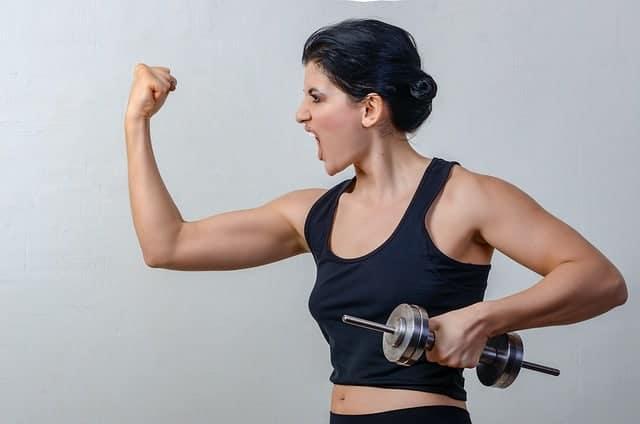 de vrouw oefent met hantlas