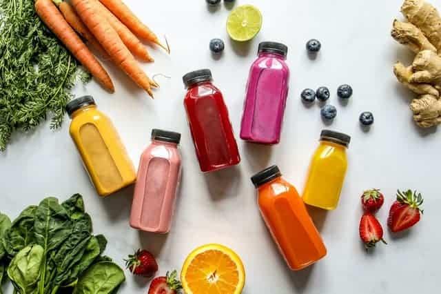 Groenten, fruit en vruchtensappen in flessen