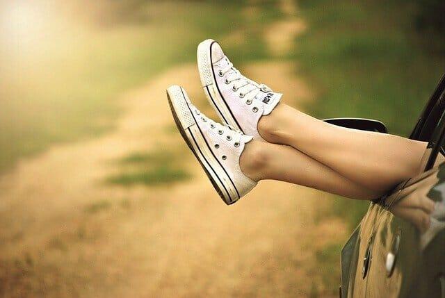 Benen in tennisschoenen