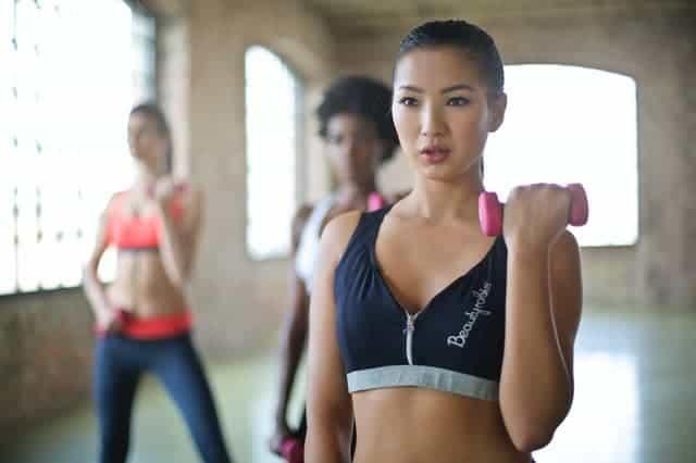 vrouwen oefeningen met halters