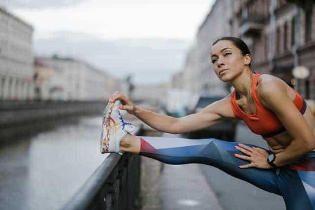 vrouw warmt zich op voor het hardlopen