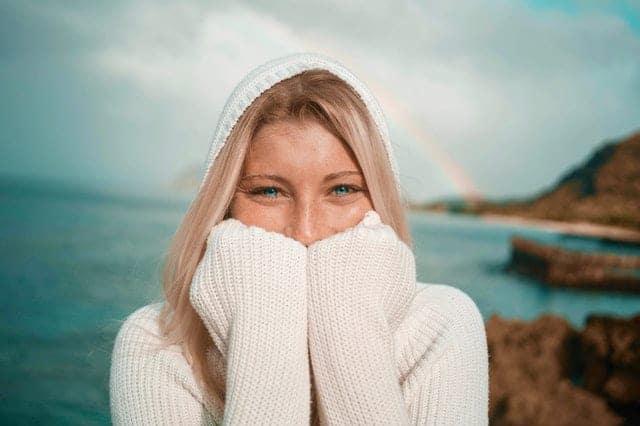 Een vrolijke vrouw loopt bij het water