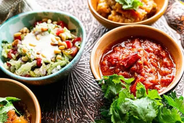 vleeswaren en salades in schalen