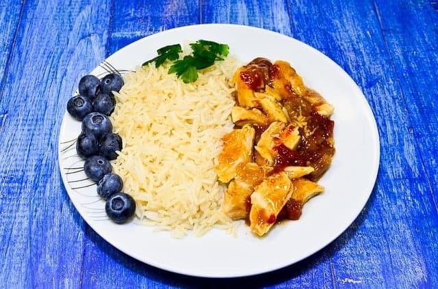 rijst met stoofpot op de plaat