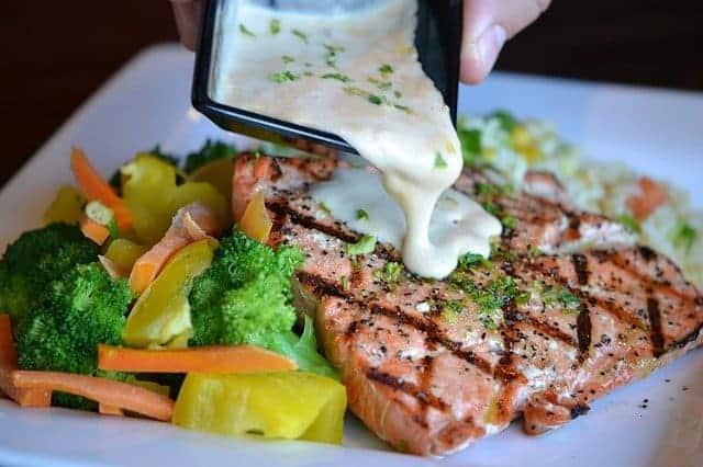 Groenten en gebakken vis op een bord