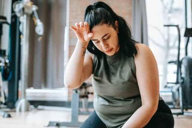 vrouw met overgewicht moe na een training