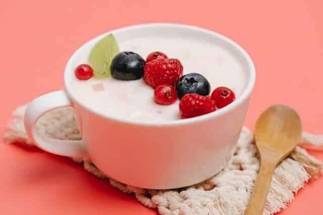 Yoghurt met fruit in een beker
