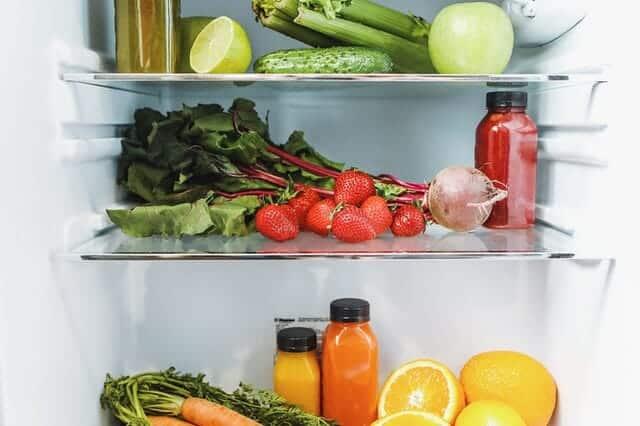 in de koelkast, groenten, fruit en sappen