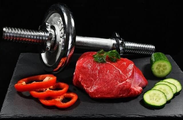 Halters, een stuk vlees en groenten