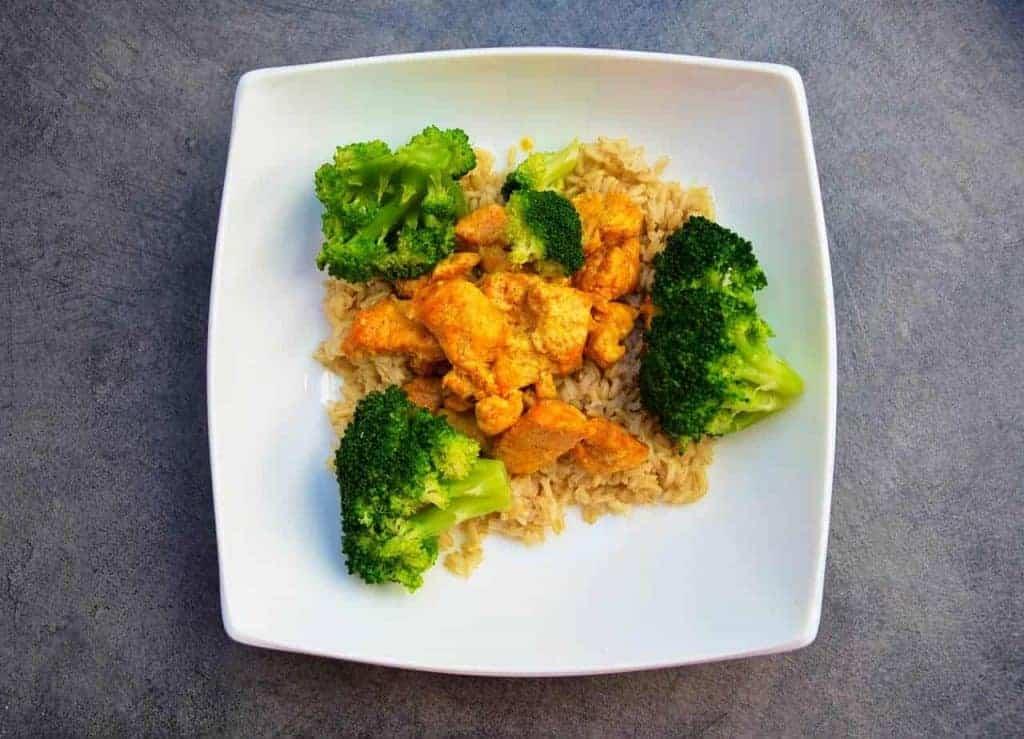 rijst met kip en broccoli op een bord